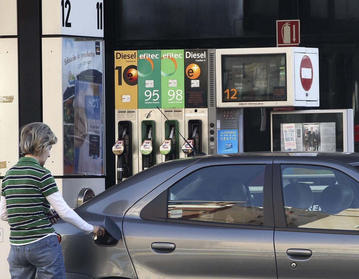 Los carburantes tocan nuevos máximos tras 10 semanas de subidas y son un 9% más caros que a principios de año