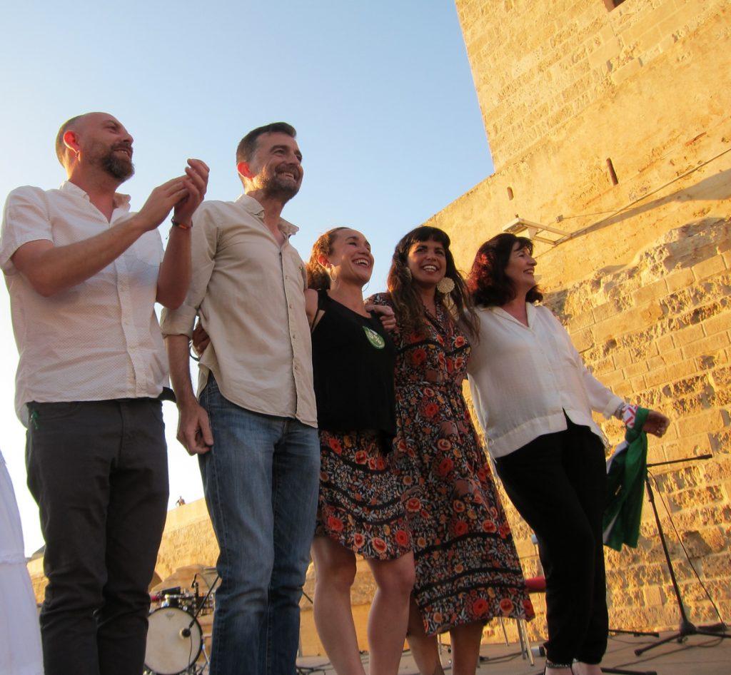 Teresa Rodríguez y Antonio Maíllo escenifican junto al Guadalquivir la confluencia de IU y Podemos en Andalucía