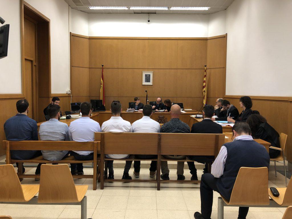 Absueltos siete mossos acusados de golpear con porras a tres detenidos por el desalojo de Can Vies en 2014