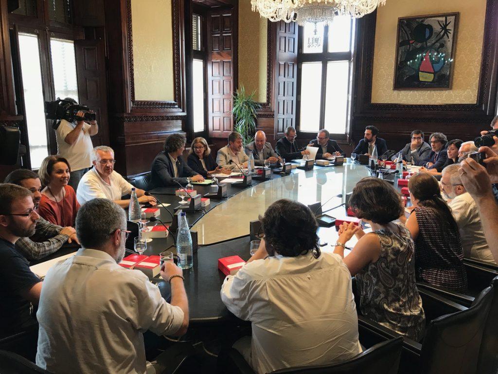 El Parlament catalán tramita la moción independentista de la CUP y la votará en el pleno
