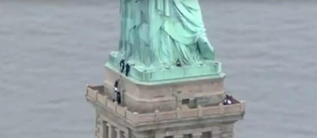 Una mujer protesta en Estados Unidos escalando la Estatua de la Libertad