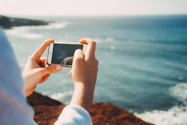 Los españoles utilizan el móvil dos horas y media al día durante sus vacaciones