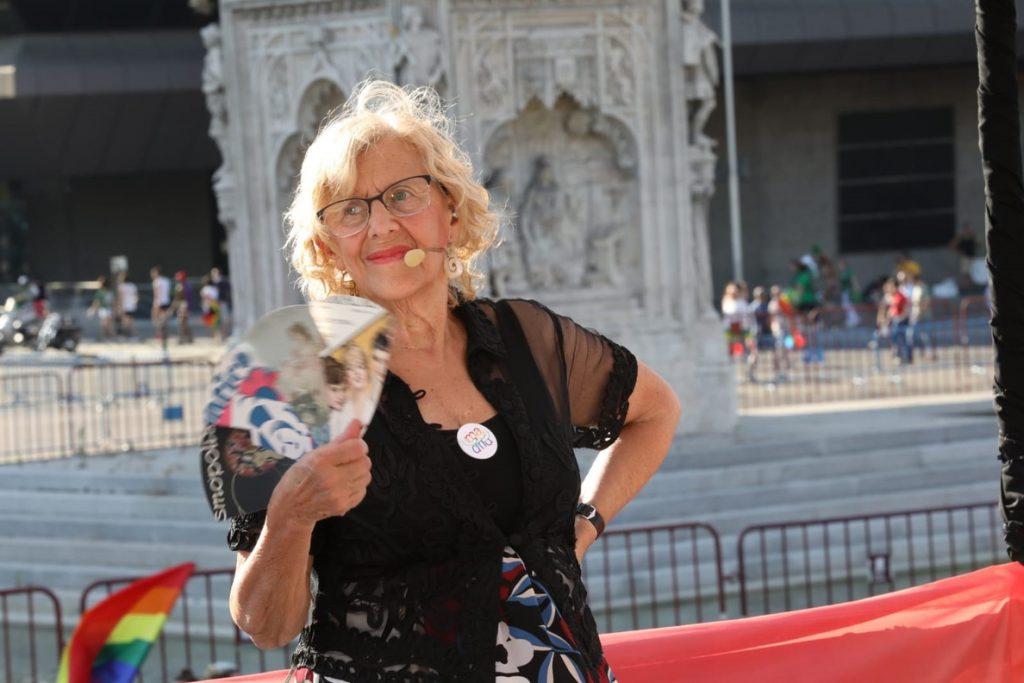 Carmena asegura que todos están comprometidos con el colectivo LGTBI y que en democracia «no hay que excluir a nadie»