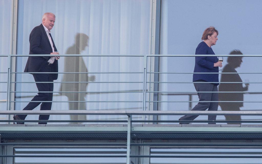 Seehofer da por zanjada la disputa con Merkel: «Ahora miramos hacia adelante»