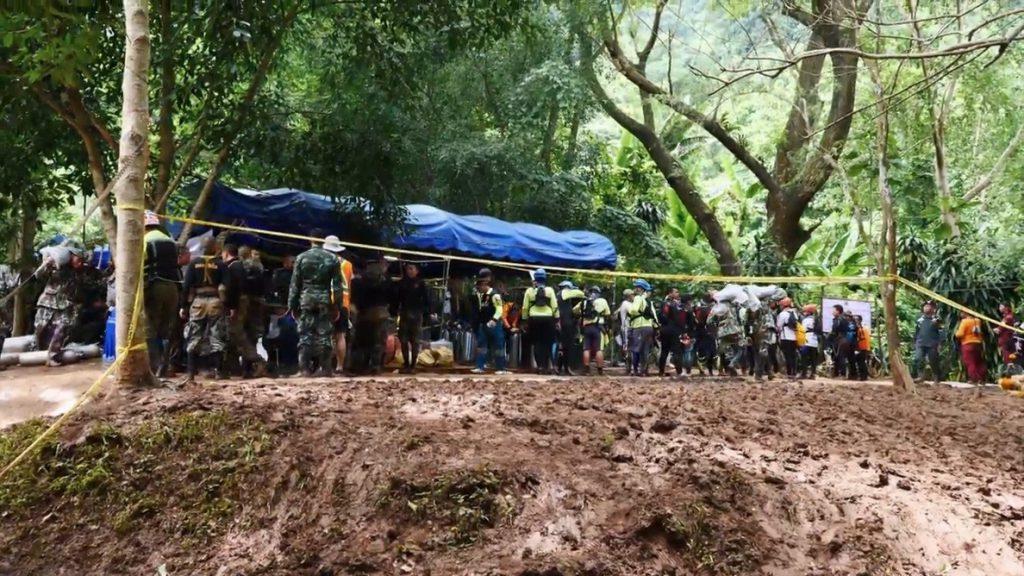 Trece equipos médicos esperan a los niños y a su entrenador cuando salgan de la cueva de Tailandia