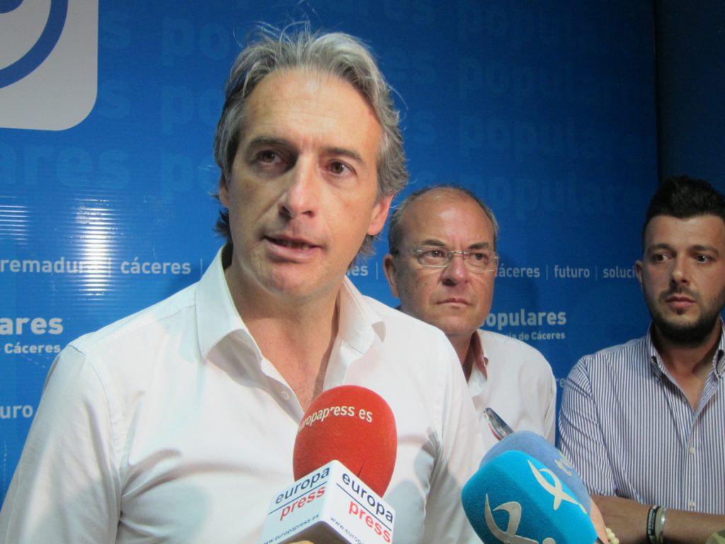 De la Serna pide coherencia a Casado, que no expresó desacuerdo con decisiones de Rajoy ni ante el PP ni en público