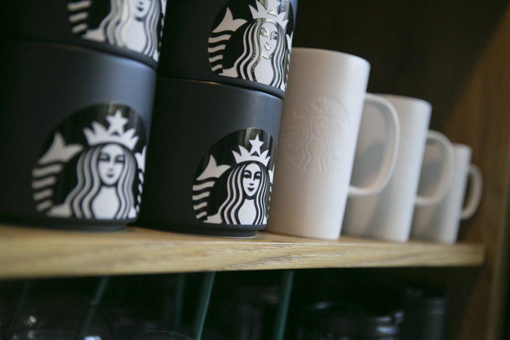 Starbucks eliminará las pajitas de plástico en 2020 en todas sus tiendas