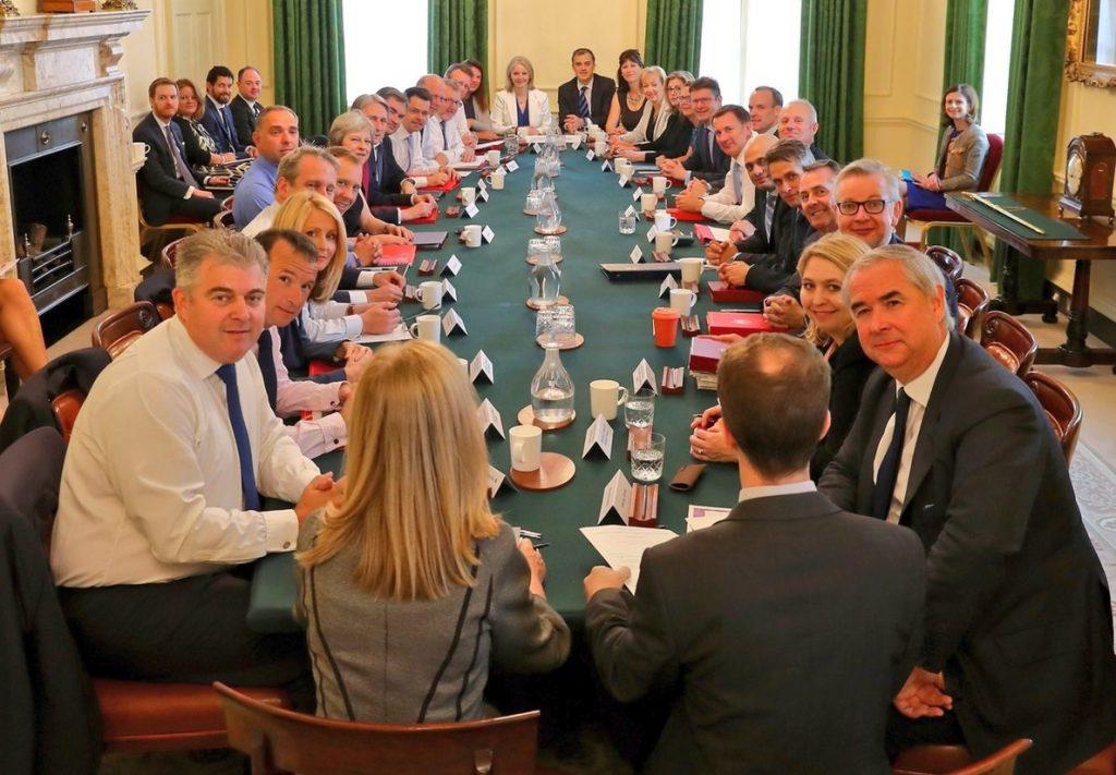 May sostiene una «productiva» reunión de Gobierno tras las dimisiones de Davies y Johnson