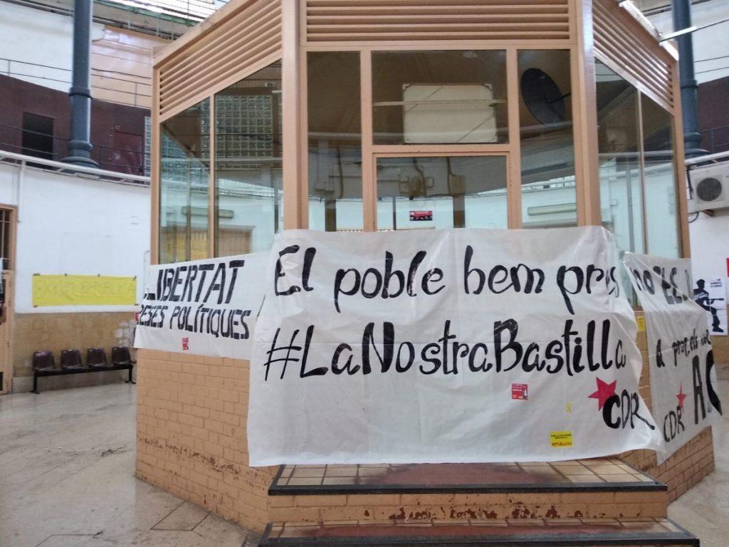 Los CDR entran en la Modelo y cuelgan pancartas reclamando libertad para los presos soberanistas