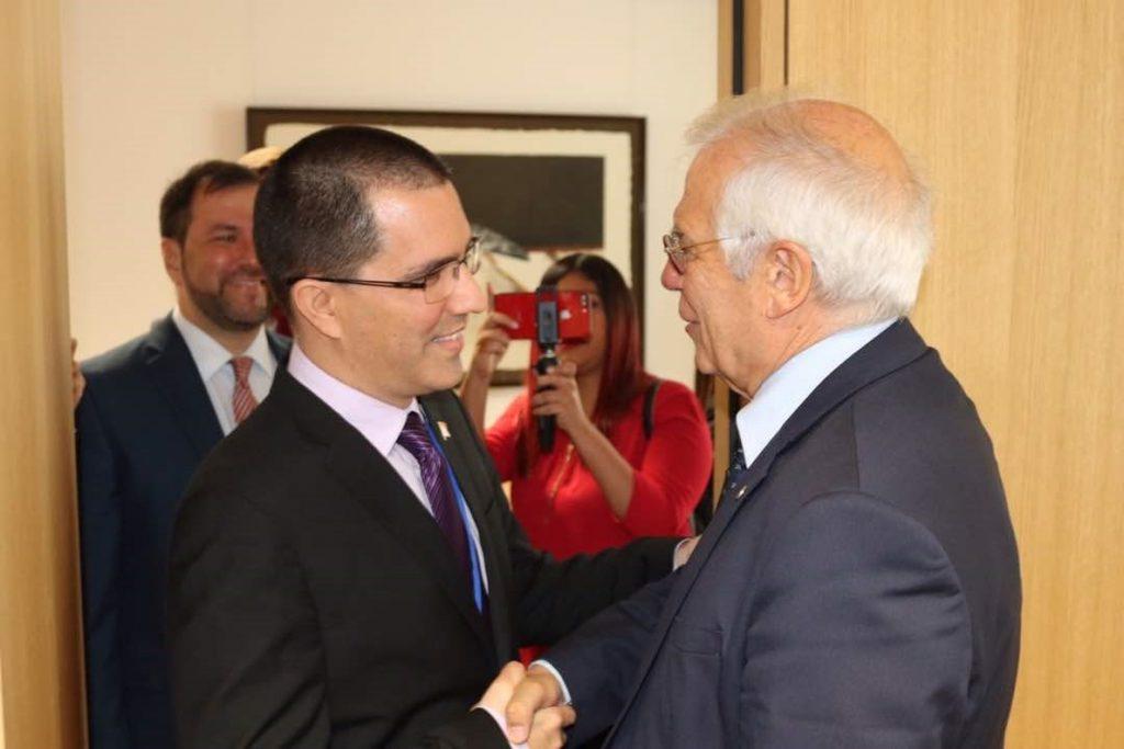 Borrell dice a su homólogo venezolano que quiere contribuir a una «salida democrática, pacífica y negociada»