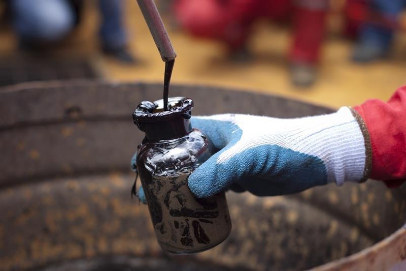 El Brent y el West Texas retroceden un 4% por la incertidumbre del mercado petrolero