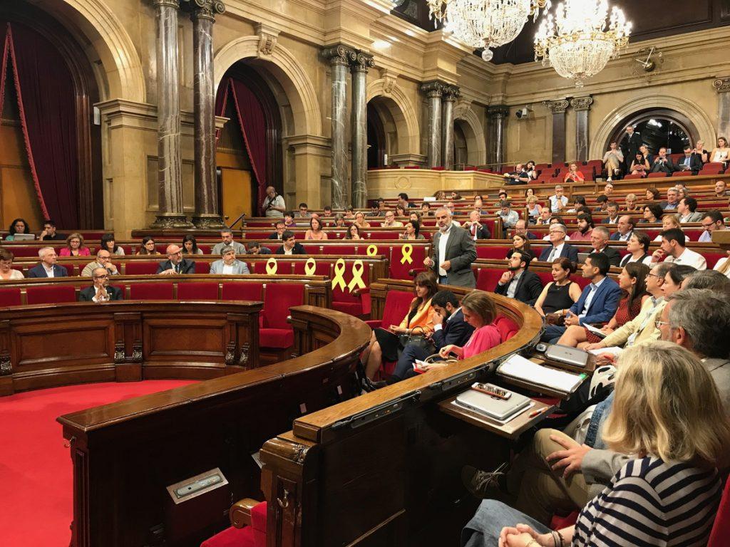 El pleno del Parlament arranca este martes con la incógnita sobre las suspensiones de diputados