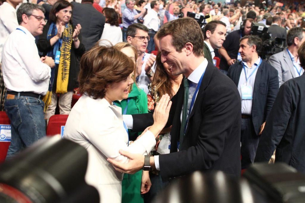 El Congreso arranca con el himno de España y el saludo entre los candidatos