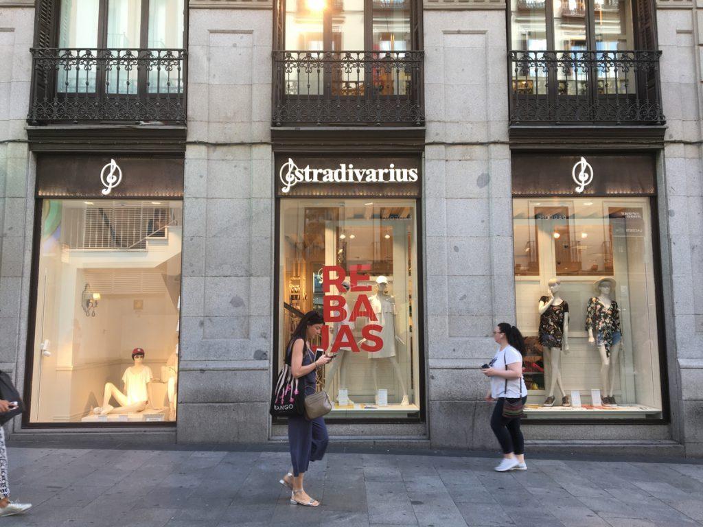 La venta de ropa rompe en junio cinco meses de caída, impulsada por el inicio de las rebajas