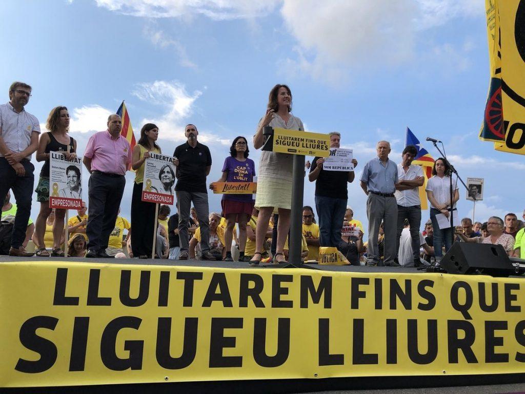 El soberanismo exige la libertad de Forcadell ante la prisión de El Catllar (Tarragona)