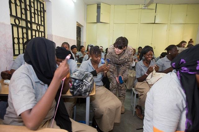Robles quiere impulsar el papel de las mujeres como agentes de paz en zonas de conflicto