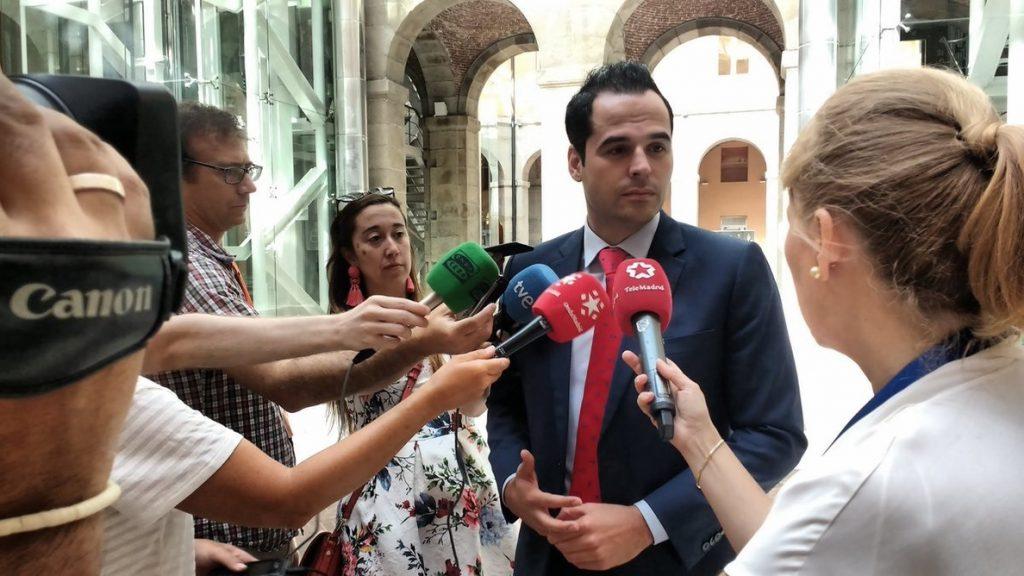 Aguado dice que Casado debería dimitir «inmediatamente» si le imputan por su máster