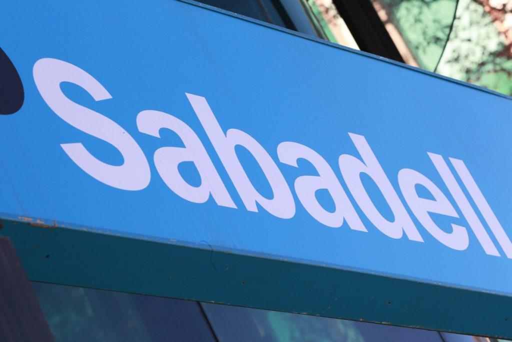 Sabadell acuerda transmitir una cartera de créditos de 2.295 millones de euros a Deutsche Bank y Carval