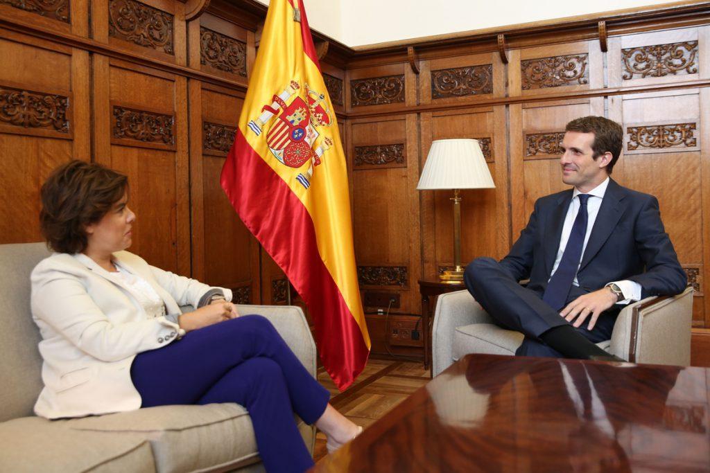 Los equipos de Casado y Santamaría avanzan en la negociación e insisten en la integración sin precisar porcentajes