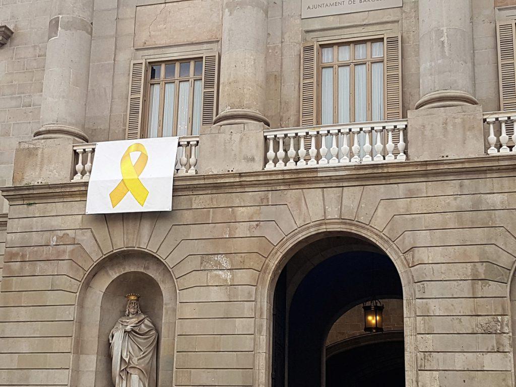 PP pide a Colau retirar el lazo amarillo del Ayuntamiento tras la sentencia del TSJC