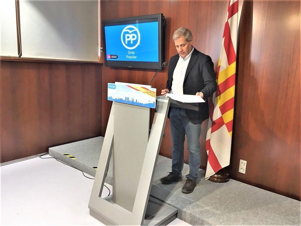 Alberto Fernández (PP) pide a Colau presentarse como acusación por la agresión de una mujer que quitaba lazos amarillos