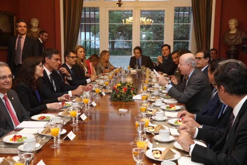 Pedro Sánchez reafirma ante la colonia española en Chile su compromiso con la eliminación del voto rogado