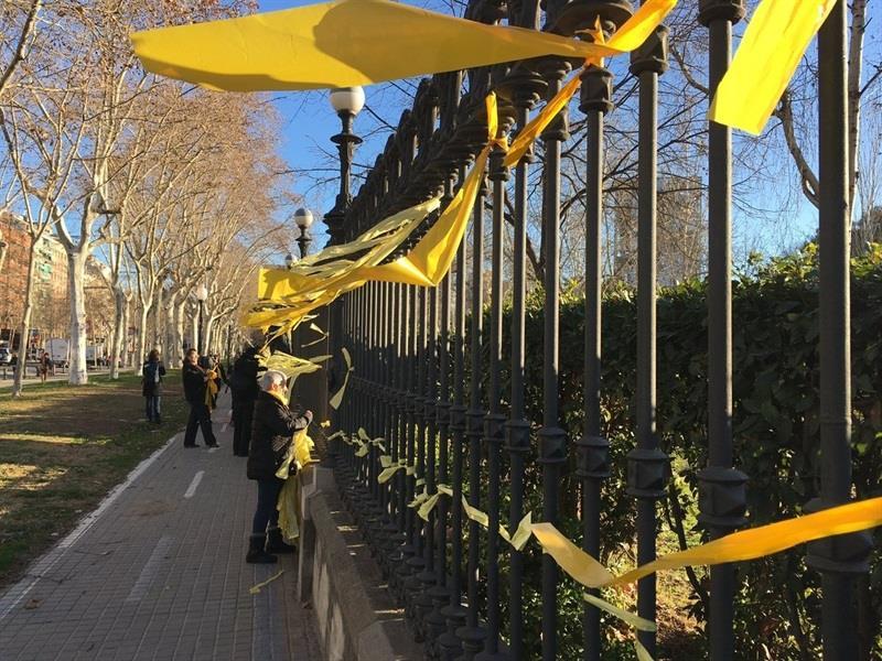 La agredida cuando quitaba lazos amarillos en Barcelona presenta denuncia ante la Policía por lesiones y delito de odio