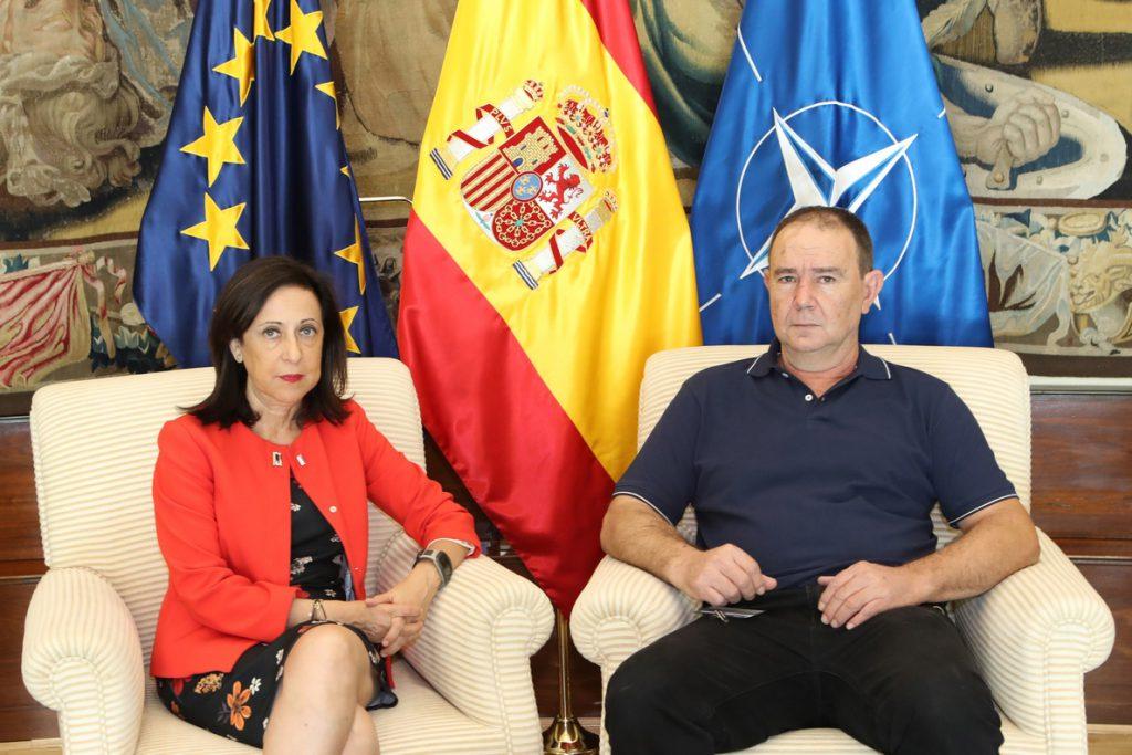 La ministra de Defensa se reúne con el padre de un soldado que sufrió un accidente de paracaídas en 2007