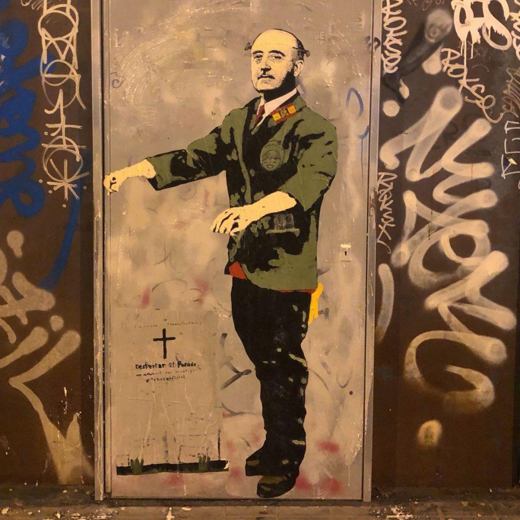 Aparece un gran grafiti de Franco con el lema 'El despertar del pasado' en Barcelona