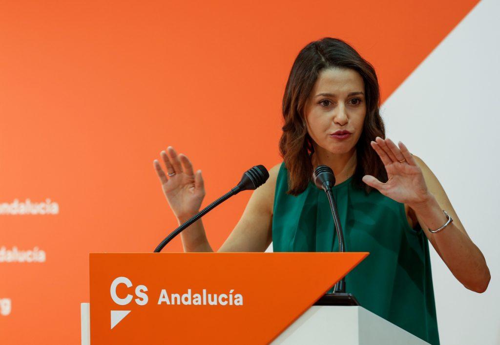 Arrimadas pide a Sánchez y Casado que «no se equivoquen de adversario» y corrijan sus «ataques» por los lazos amarillos