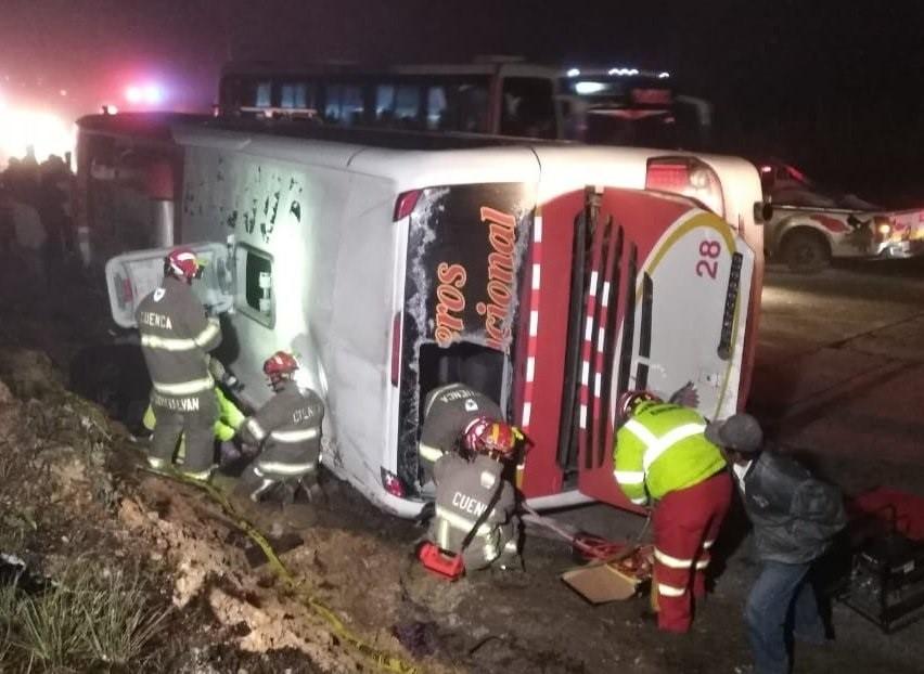 Al menos 11 muertos y 37 heridos al volcar un autobús en el sur de Ecuador