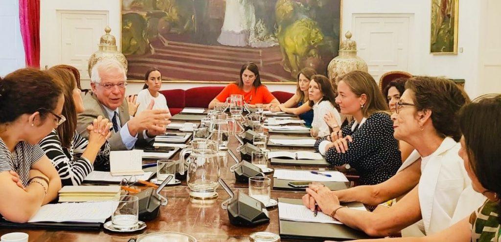 Borrell se reúne con la Plataforma de Mujeres Diplomáticas para promover «medidas prácticas» de igualdad