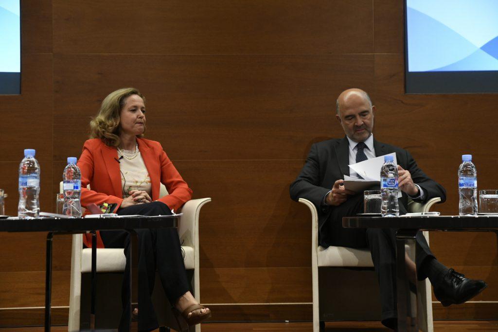 (Ampl.) Moscovici apremia al Gobierno a presentar el proyecto presupuestario en octubre