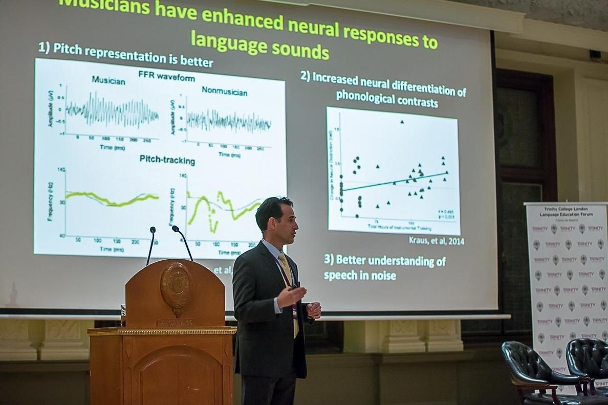 El neurocientífico John R. Iversen: «Existe prueba científica de que la música influye en el desarrollo de habilidades»