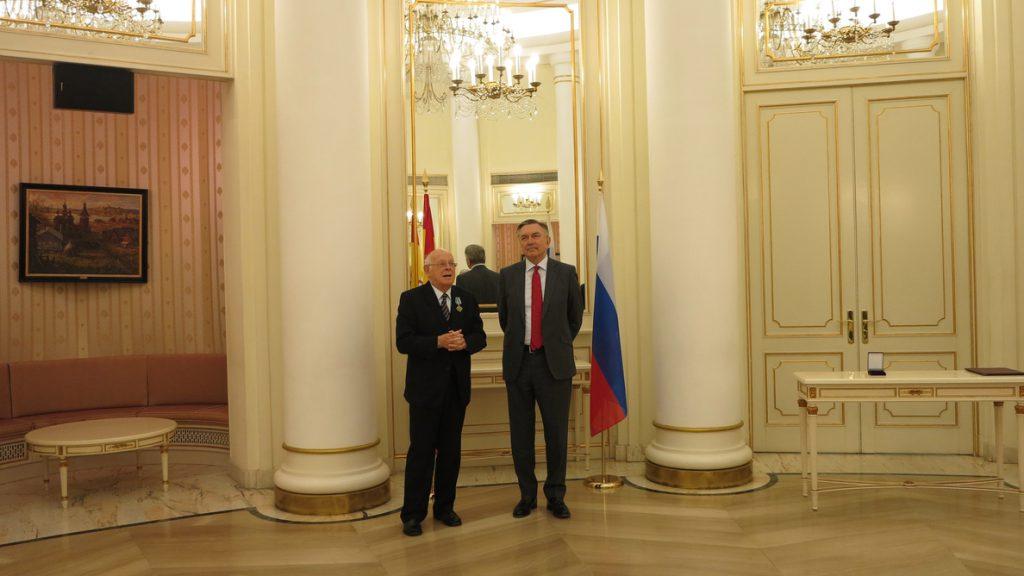 El diplomático español Eugenio Bregolat recibe la insignia rusa 'Por la Cooperación Internacional'