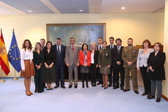 Robles entrega los Premios de Defensa animando a divulgar «sin complejos» la labor de las Fuerzas Armadas