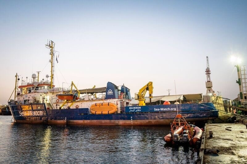Un barco de Sea Watch inicia su camino hacia la zona de rescate en el Mediterráneo tras tres meses de parón