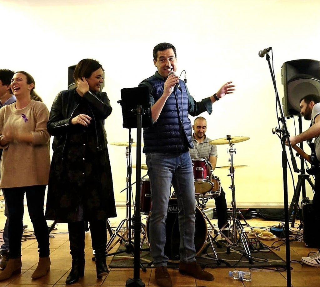Moreno muestra sus dotes como cantante tras una «emotiva» visita a Alhaurín el Grande, pueblo de sus padres