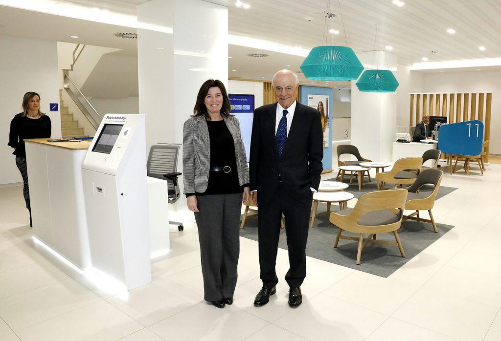 Francisco González visita en Cataluña el nuevo modelo de oficina de BBVA
