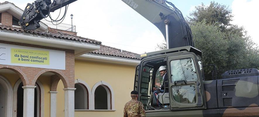 Salvini se sube a una excavadora para demoler una mansión de la mafia