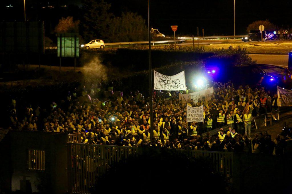 Una concentración de taxistas colapsa el acceso a la sede de RTVE en Sevilla con motivo del debate electoral