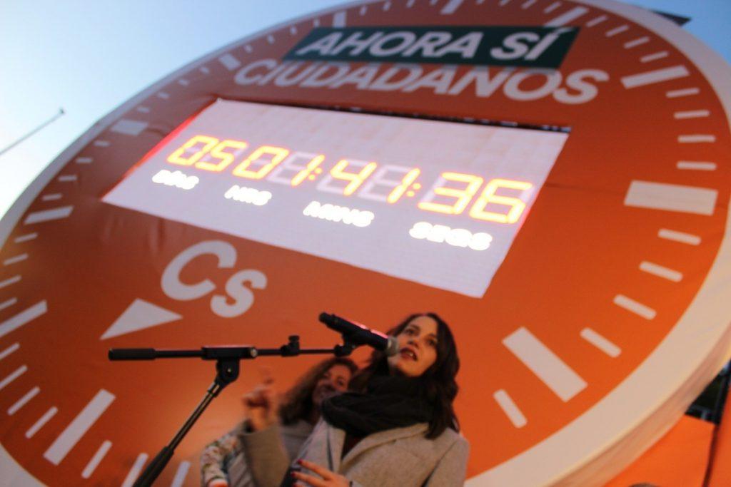 Arrimadas (Cs) pone en marcha un cronómetro gigante en Sevilla que señala la cuenta atrás «hacia el cambio»