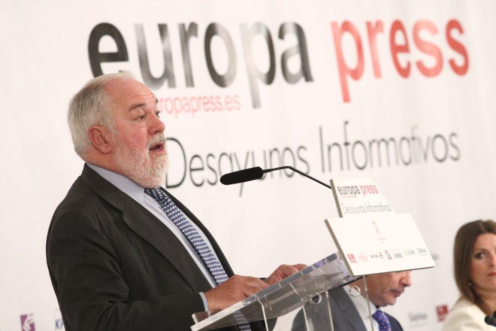 Cañete dice que Bruselas espera la norma de prohibir coches con emisiones desde 2040 para analizarla