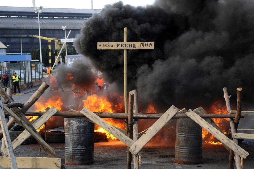 Trabajadores de Alcoa en La Coruña secundan una nueva protesta con corte de tráfico y quema de neumáticos