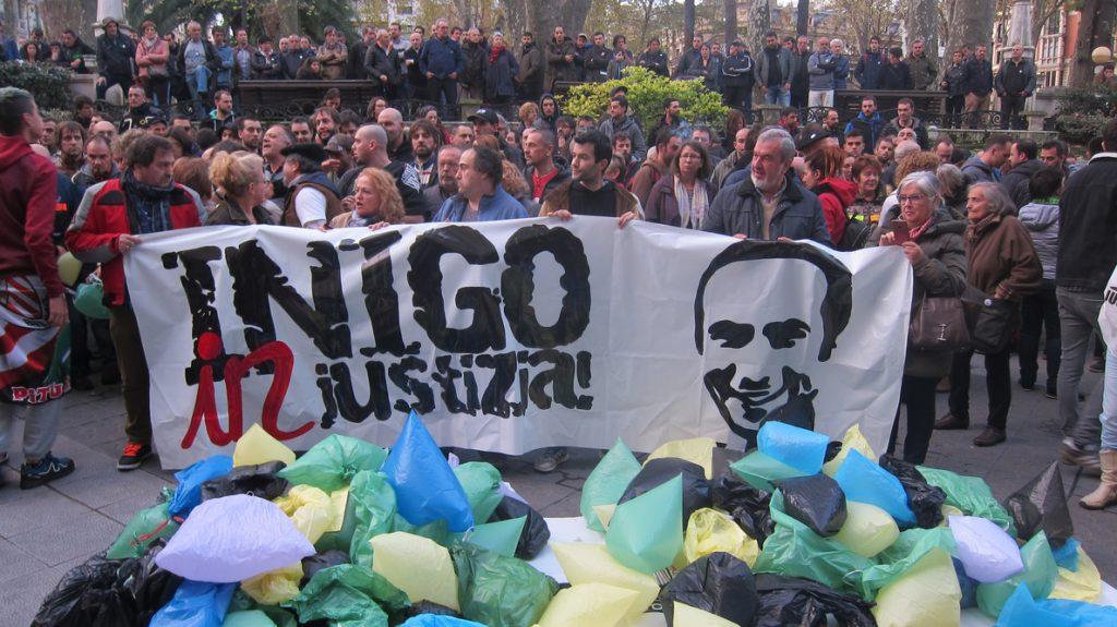 Familiares y amigos de Iñigo Cabacas denuncian ante el Palacio de Justicia de Bilbao que «esta justicia es basura»