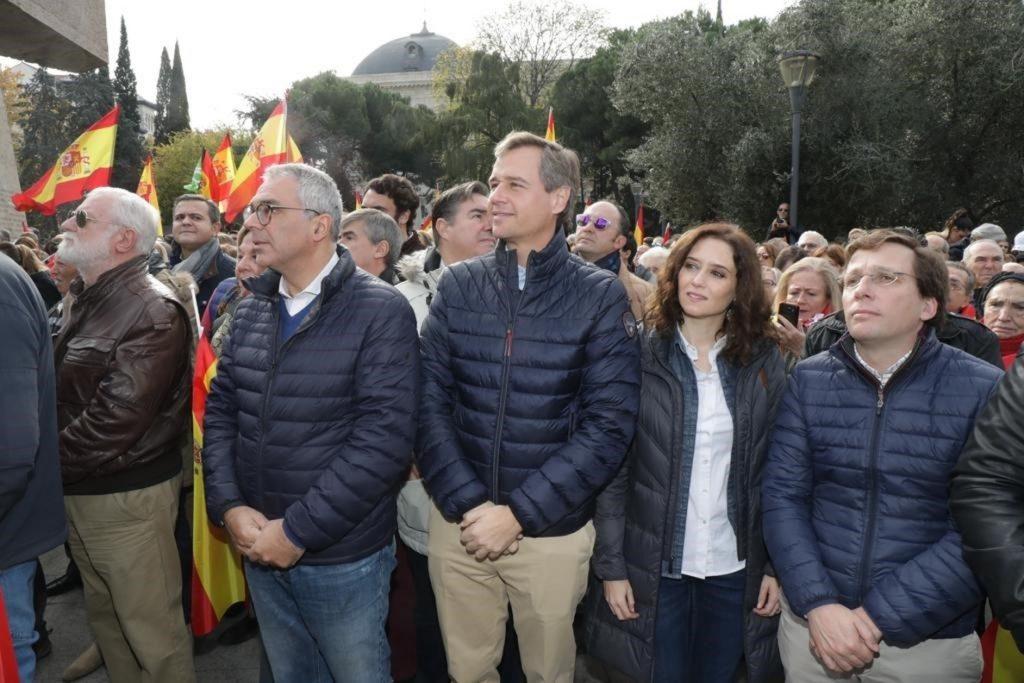 Dirigentes del PP de Madrid acuden a la concentración en defensa de la unidad de España de Danaes, apoyada por VOX