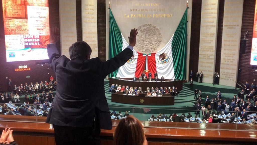 López Obrador saluda en su toma de posesión como presidente de México a Revilla, que le saluda desde el palco