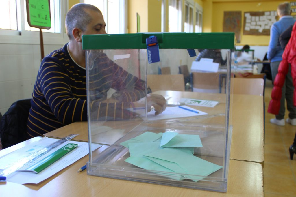 La participación alcanza el 46,5% a las 18 horas en Andalucía, 5 puntos menos que en 2015