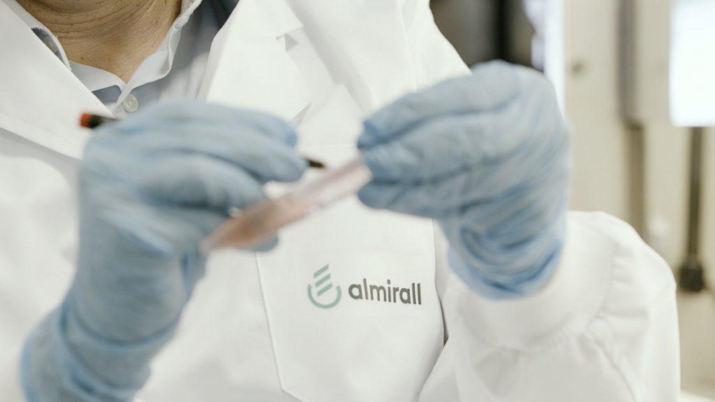 Almirall cae un 8,6% ante el temor de los accionistas a una dilución por la emisión en bonos convertibles
