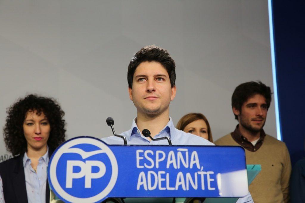El PP y NNGG izarán la bandera de España y repartirán la Constitución en la plaza de Cataluña de Barcelona